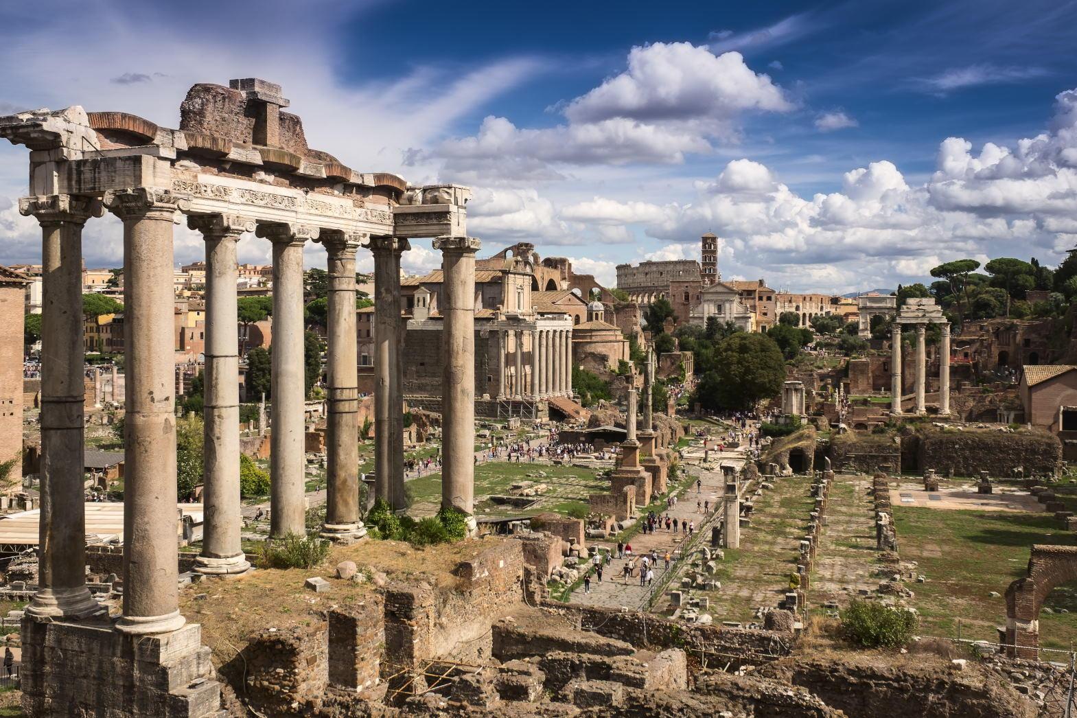 Roma Forumu'na bir bakış. Ön planda görülen yapının adı Saturn Tapınağıdır.