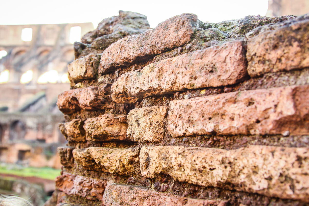 Kolezyum'dan bir duvar kesiti. su-kum ve fayansla karıştırılarak kullanılan Tuğlaları burada görebiliyoruz.