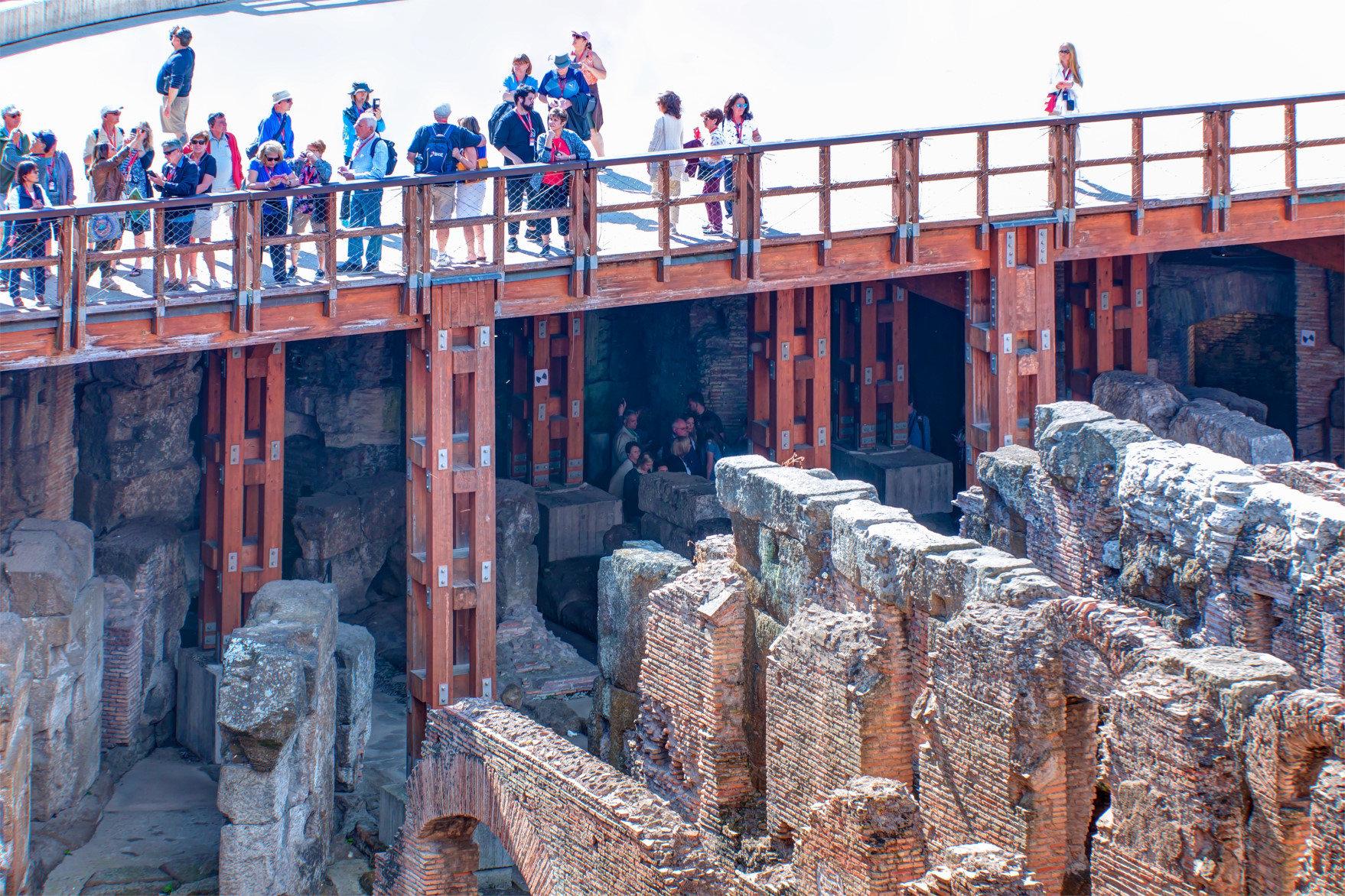Kolezyum'un Arena bölümünden yeraltı yapısını inceleyen turistler