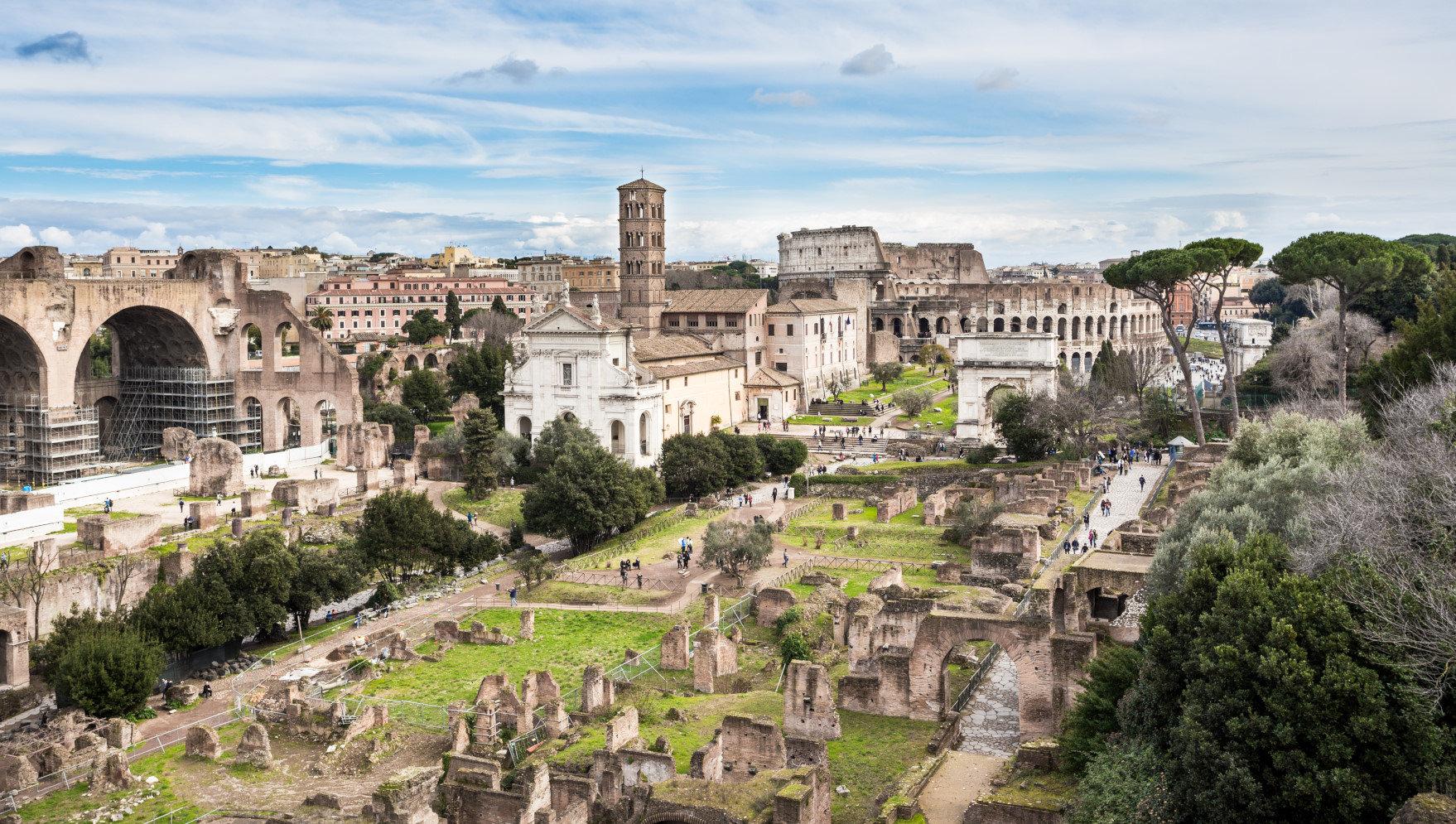 Roma'nın kurulduğu Palatine Tepesinden Roma Forumu ve Kolezyum'a Kuşbakışı